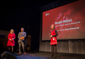 Bodil Holst receives the award for the Idea Competition 2014 at the annual conference of Bergen Chamber of Commerce and Industry.