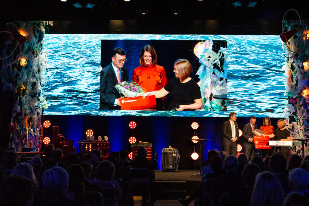 Heidi Lie Andersen, the winner of the Idea Competition 2018, on stage receiving applaus, flowers and a check in front of a full Grieghallen in Bergen.